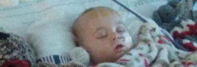 Bimbo cade dal letto durante il sonnellino e si fa un bernoccolo: «Avrà danni cerebrali permanenti»