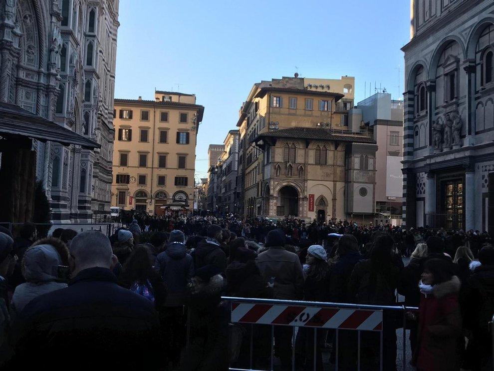 Casa Di Carta Centinaia Di Fan A Firenze Per Le Riprese