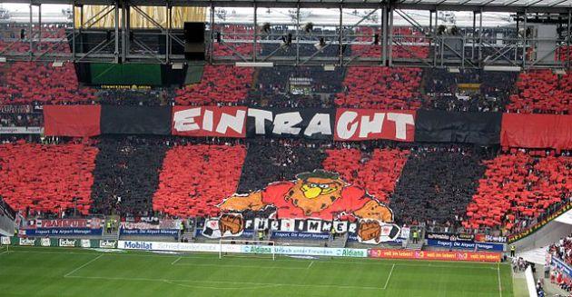 La curva ell'Eintracht. Foto © ArcCan/ Wikimedia Commons / CC BY-SA 3.0 / remixed by Il Mitte