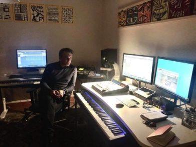 Il musicista Salvo Ferrara nel suo studio di composizione