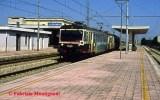 Coppia di ALe80 impegnate in un servizio diretto per Bari, riprese in transito nella stazione di Incoronata