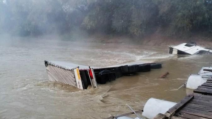 Autocamion prăbușit în râul Ialomița, în dreptul podului de la Poiana. FOTO ISU Ialomița