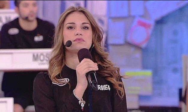 Carmen in sfida ad Amici 17, la cantante vince contro Eleonora e ritorna nella scuola