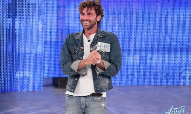 Luca Vismara ad Amici 17 si salva ancora? Il cantante finisce la diretta ancora in squadra