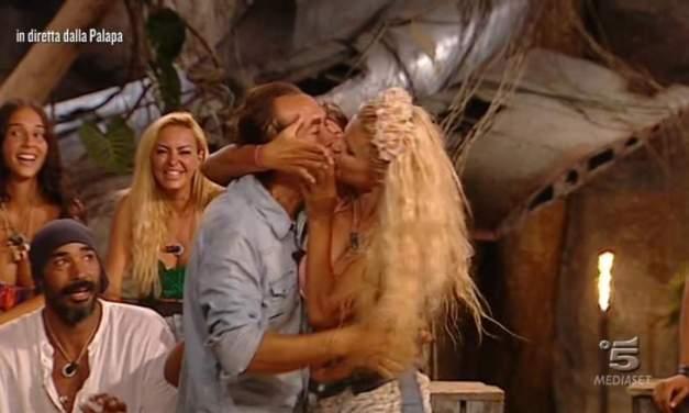 Francesca Cipriani su di giri, bacio a stampo a Giucas | Isola dei Famosi 2018