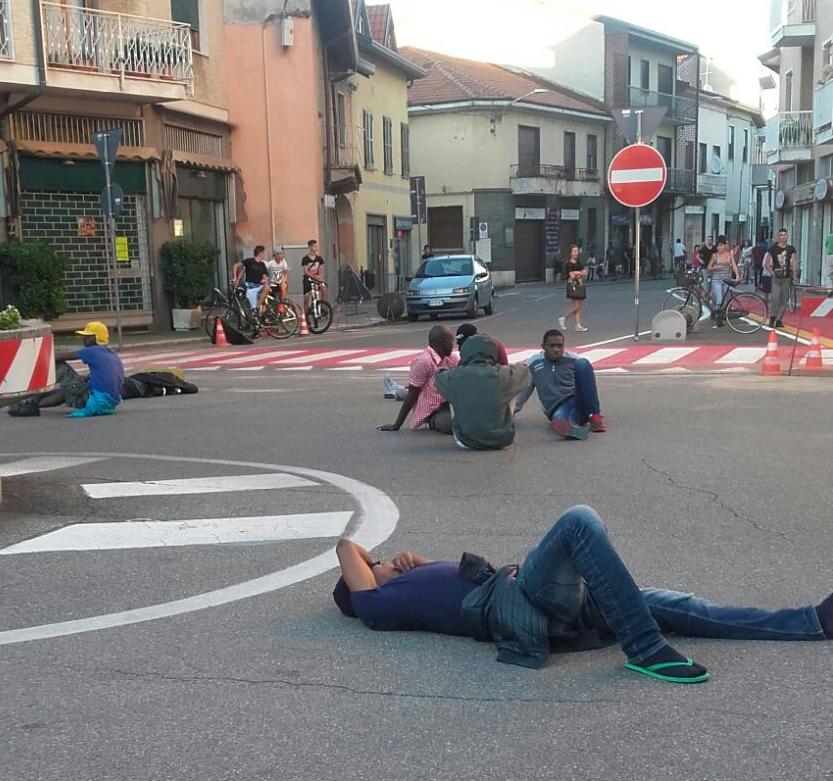 Uboldo profughi a terra davanti al comune Dateci la residenza  Il Notiziario