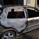 l'auto incendiata in via delle Viole