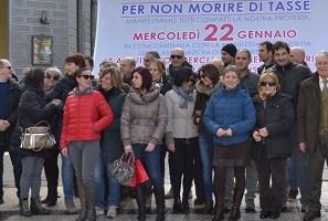 Negozi chiusi per un'ora, in centro scatta la protesta