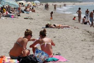 Palpeggia ragazzini in spiaggia, preso