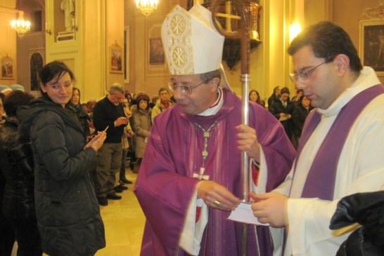7 -Il Vescovo dona l'immaginetta