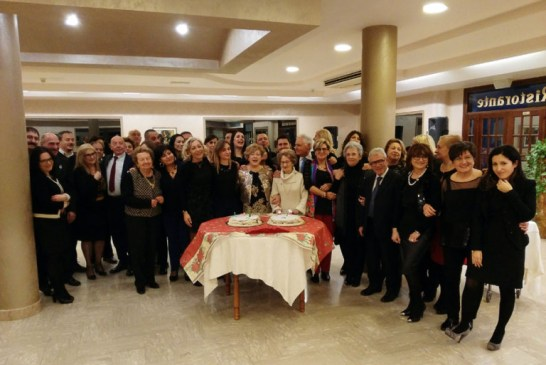 festa-degli-auguri-taglio-torta-768x570