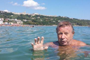 Trent'anni fa salvò 5 bagnanti, Marinucci festeggia a nuoto