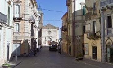 Il centro storico di Vasto è con pochi negozi. I commercianti: