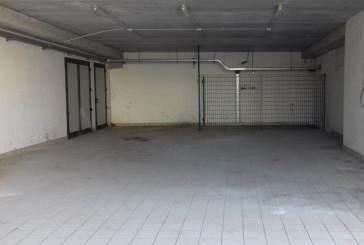 Rifiuti lasciati nel condominio, bonificata l'area privata