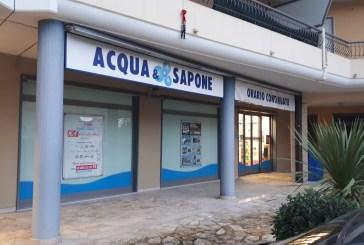 Rubano profumi e prodotti di bellezza a Acqua & Sapone, denunciate due donne