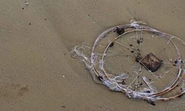 Vasto, resti di lanterne disseminati tra le dune