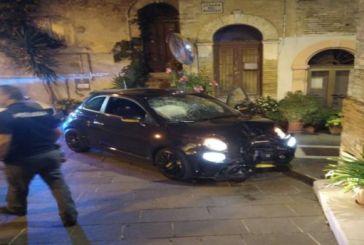 Ruba un'auto, non si ferma all'alt della Polizia, fugge e si schianta contro un muretto, arrestato 21enne italiano