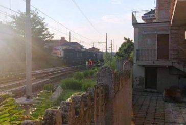 Tragedia sui binari nella notte. Una donna è stata travolta ed uccisa da un treno in transito intorno alle 4 della notte tra giovedì e venerdì 6 settembre tra Francavilla e Pescara