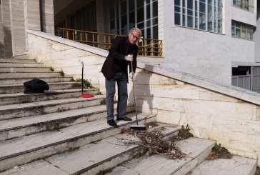 L'avvocato Corrado Squadrone pulisce le scale del Tribunale