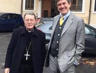 Don Pietro Santoro dona un ventilatore all'ospedale di Avezzano