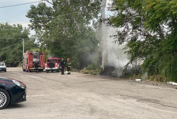Incendio a Punta Penna, in fiamme sterpaglie e pneumatici