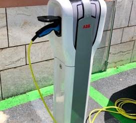 Ricarica auto elettriche alla colonnina del Comune. Ci vuole una