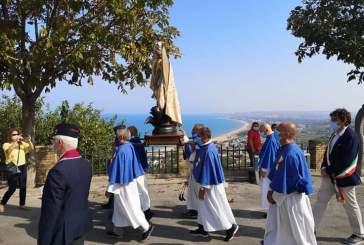 Il sindaco Menna alla processione di San Michele. Per le misure anti-covid assenti i fedeli