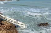 Ormeggi tagliati, barca si schianta contro gli scogli