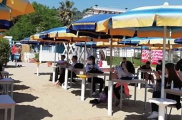Tamponi al rientro a scuola, via alle lezioni in spiaggia