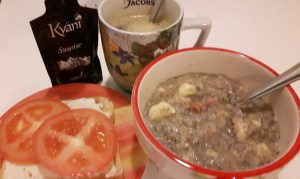 Kaera-banaanipuder, röstsai ja hommikujook