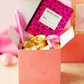 DIY Pink and Gold Birthday Favor Box Idea with chocolate candies, starburst and little notepad with pen. Great for each guest at the pink and gold party! by ilonaspassion.com I @ilonaspassion