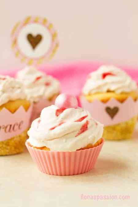 Dulce de Leche Cupcakes with Strawberry Frosting - Vanilla dulce de leche cupcakes recipe with homemade strawberry whipped cream frosting are perfect for pink and gold parties! Click to get the recipe or pin and save for later by ilonaspassion.com I @ilonaspassion