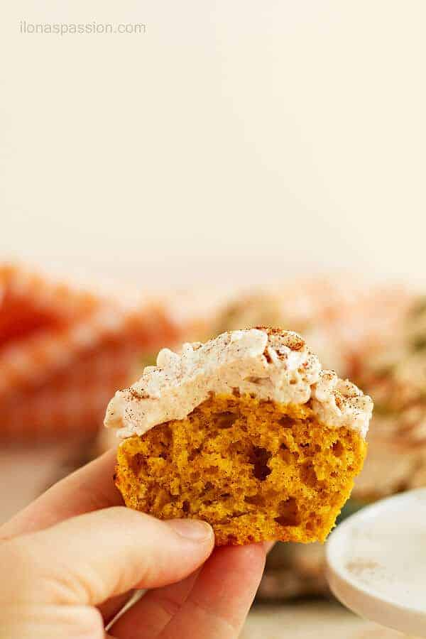 Nutmeg, ginger and cinnamon are the most appropiate spices in these easy pumpkin cupcakes! by ilonaspassion.com I @ilonaspassion