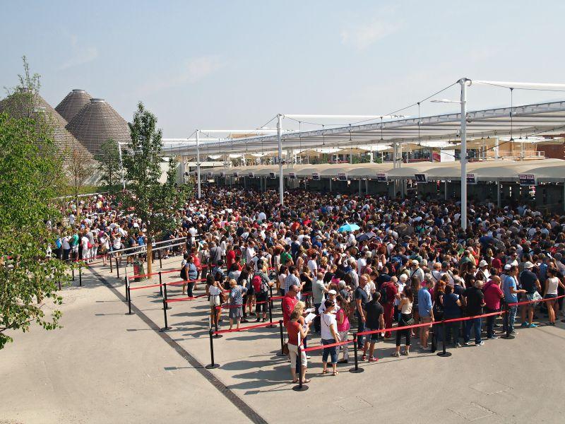 druhý vchod plný lidí