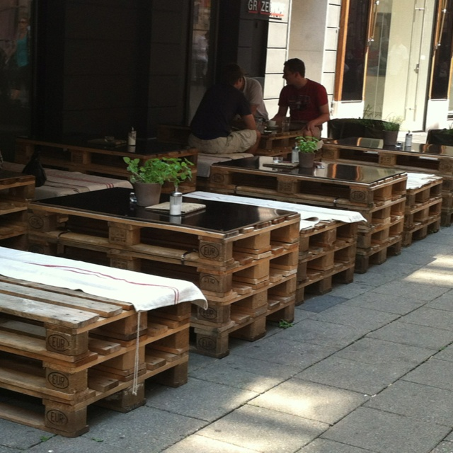Restaurantes ambientados con palets i love palets for Sillas para bares y confiterias