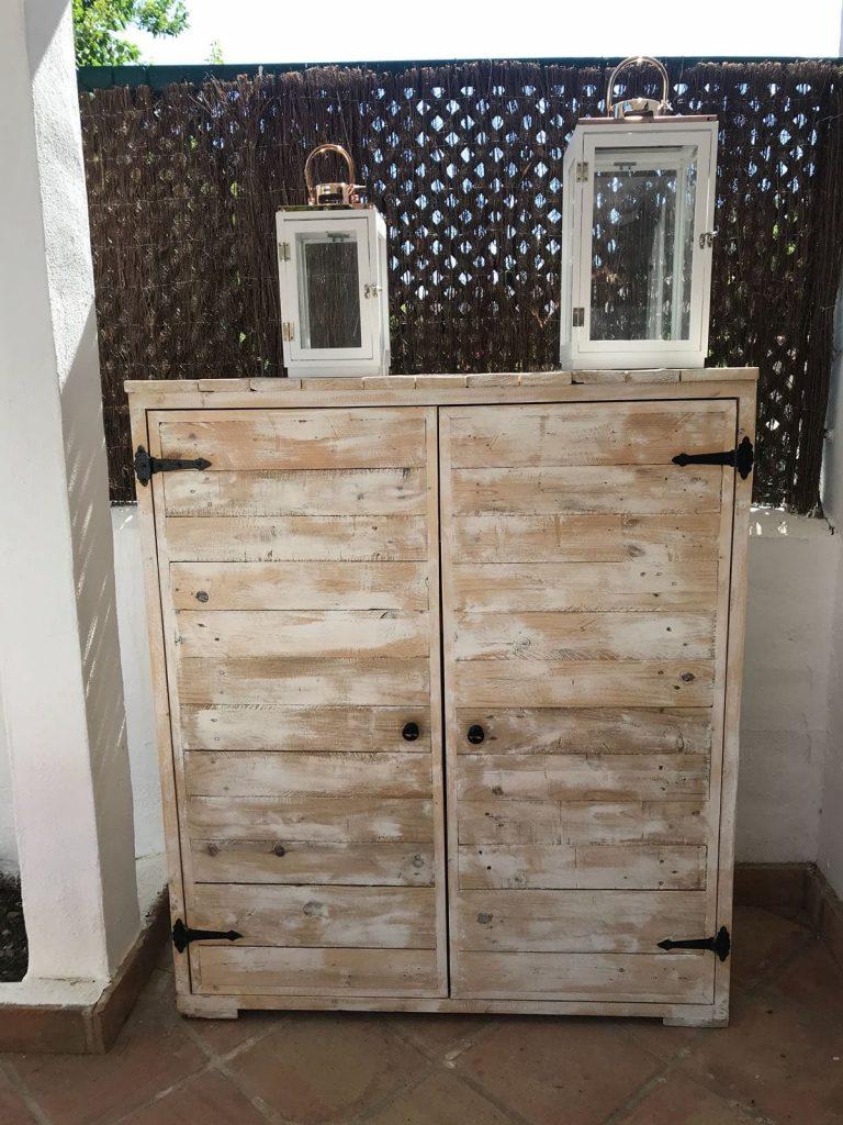 Un armario de palets con baldas para organizar tus cosas