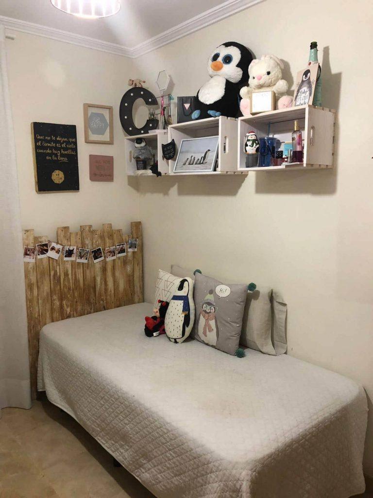 Un cabecero y un cuadro de palets para una cama individual