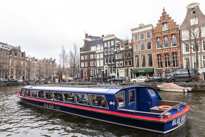 Beeldbank Amsterdam: rondvaartboot op de Herengracht in Amsterdam
