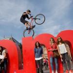 Toeristen verrast door acrobaten Cirque Éloize