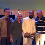 Twee zoons en kleinzoon van tenorsaxofonist Kid Dynamite bij voorstelling The Kid Dynamite Story