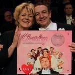Simone Kleinsma verrast Jon van Eerd met eerste exemplaar CD van Charley de komische musical- FotoReportage