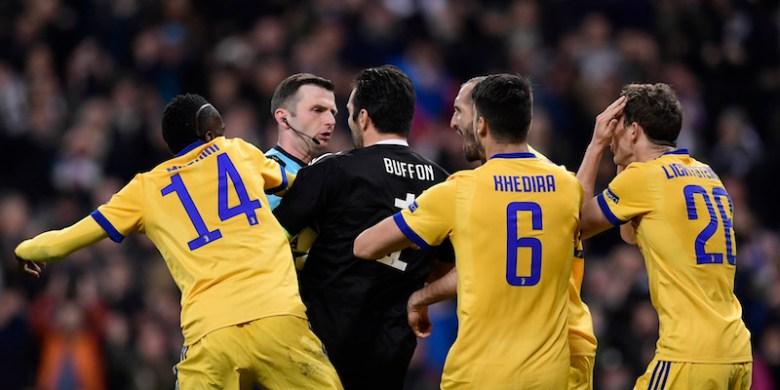La Juventus protesta in maniera veemente contro l'assegnazione del rigore a favore del Real Madrid durante la partita di ritorno dei quarti di finale di Champions League al Santiago Bernabeu. Foto: JAVIER SORIANO/AFP/Getty Images.