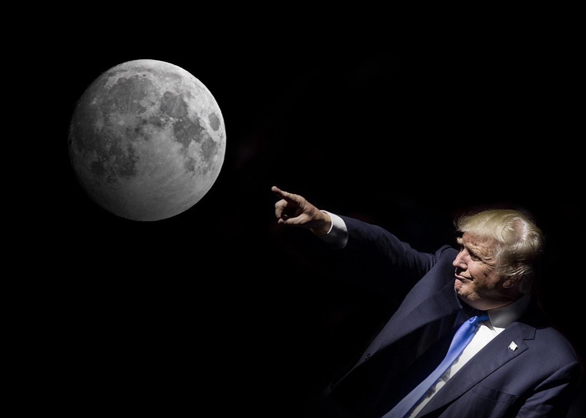 """Trump: """"Presto torneremo sulla Luna, poi andremo su Marte"""""""