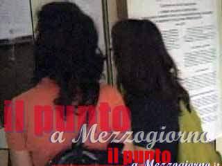 Palpeggia e bacia studentesse in classe, professore di Frosinone interdetto all'insegnamento