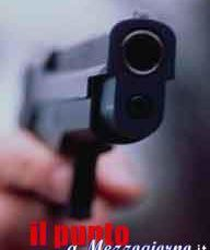 Trova i ladri in casa a Latina e spara uccidendone uno