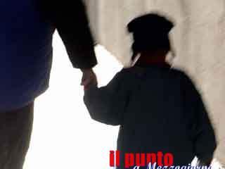 Bimba di 22 mesi picchiata a Genzano, migliorano le condizioni