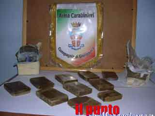 Panetto dopo panetto, i carabinieri sequestrano a Piedimonte un chilo di hashish e arrestano tre giovani