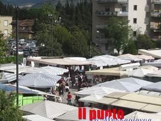 Venditori di frutta e verdura ambulanti e abusivi al mercato di Cassino: multati e allontanati due campani