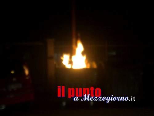 Ignoti danno alle fiamme il portone di struttura per stranieri a Sermoneta