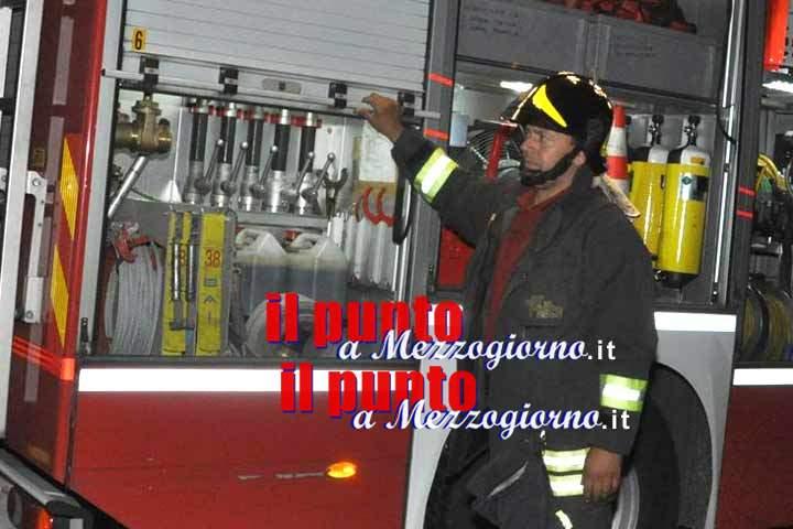 Magazzino di pellet in fiamme, vigili domano incendio in due ore